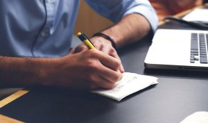 كيف تنمّي مهارتك وتبدأ العمل عبر الإنترنت